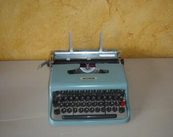 Machine à écrire OLIVETTI Lettera 22 bleu.  Vintage.  Italie