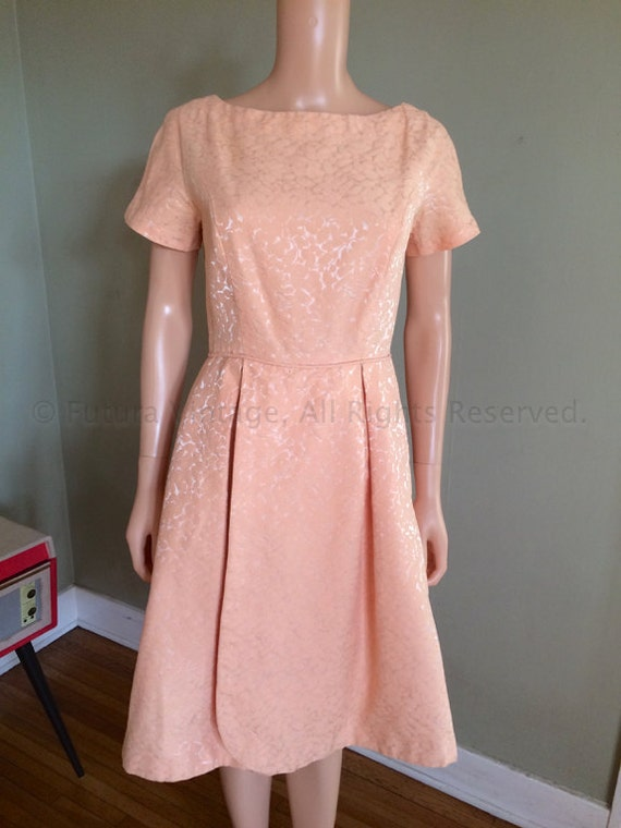 1950s Lovely Peach Party Lace Dress with Pedal Skirt S M