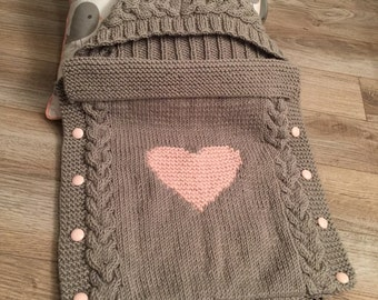 Angel nest / cocoon husks hooded, grey and pink, with cables for baby (0/3 months)