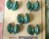 VINTAGE 1940s Buttons Prevue Green Bow on original Card x 5