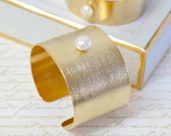 Unique Gift For Her, Gold Cuff Bracelet ,Statement Bracelet,Freshwater Pearl,Bride Wedding jewelry,Handmade Gold Pearl Cuff Bracelet