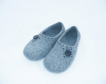 Grey felted slippers for men. Felted slippers. House shoes for him. Warm wool slippers. Wool felted slippers. Woolen clogs.
