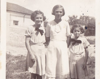 Antique Snapshot Photo c1936 - Three Little Girls - Two In Matching Dresses