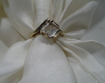 Vintage 10k Yellow Gold Emerald Cut Quartz Crystal Ring Size 6-1/4 the Stone Measure 7.57 mm x 5.76 mm the ring Weighs 2.3 grams