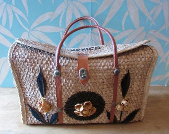 1960s Mexican woven straw/raffia market bag with faux leather handles & strap detail