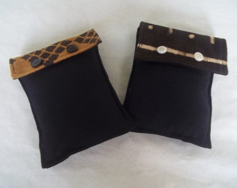 The case is padded to the choice for pure Bogolan accessories and cotton. Handmade