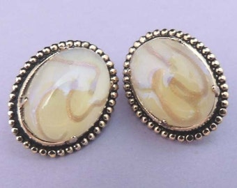 Oval White and Gold Earrings / White Button Earrings / White and Gold Swirl Button Earrings / White Glass Earrings / Vintage White Earrings