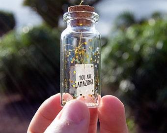 You are amazing! Mensaje en una botella. Miniaturas. Regalo personalizado. Divertida postal de amor.
