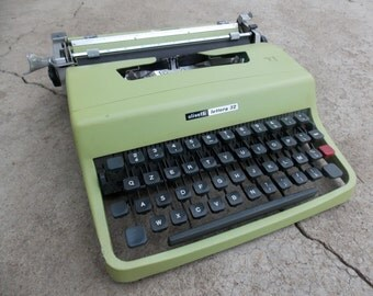 Working typewriter Olivetti Lettera 32 / with case / vintage manual typewriter / Green typewriter / Gift Idea / Home Decor / Made in Germany