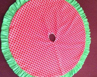 Quatrefoil red and green tree skirt