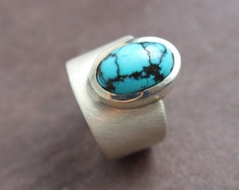 Ring with an oval turquoise Cabouchon