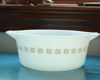 vintage pyrex town and country 475 / white and brown pyrex 2.5 quart casserole