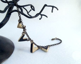 Wooden charms bracelet, little wooden chevrons with pyrography - Eco-friendly and sustainable jewelry !