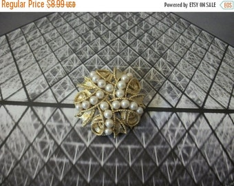 ON SALE Vintage 1950s Gold Tone Faux Pearls Pin 92716