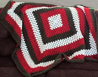 Christmas Granny Square Afghan - White, Green, Red