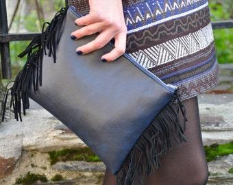 Model TEKAPO. Navy blue leather pouch has black fringes