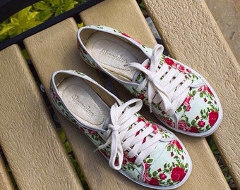 """Sneakers sneakers """"Almendra"""" pattern red flowers"""