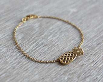 Bracelet with pineapple pendant