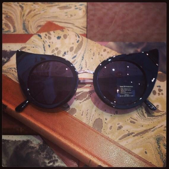 Retro sunglasses: Extreme cateye in black.