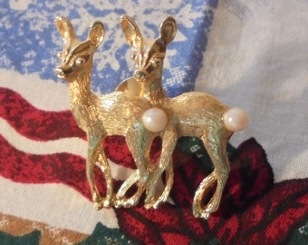 Vintage Avon Twin Deer Brooch, Vintage 1970's, 22 k Gold Plated, 6 mm pearl Tails, Very Cute Twins. Signed by Avon (e)