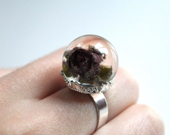 Ring with dried rose in resin and retractable silver ring