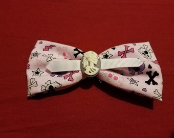 Pink skull fabric bow with purple conch