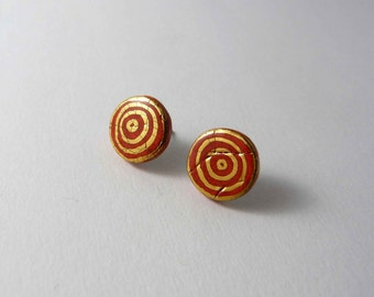Ceramic earrings, red circle with gold. Boucles d'oreille céramique, puces rouge avec or.