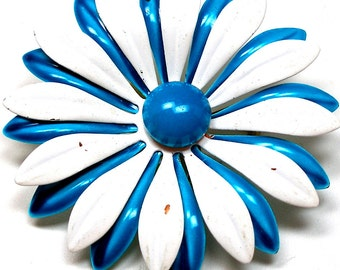 60s Flower Power DAISY brooch. Flower with blue & white petals.