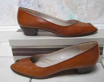 Vintage Bruno Magli casual shoes, British tan woven look peep toe shoe, low stacked heel rust color leather Bruno Magli shoes, sz 8N shoe