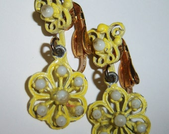 vintage faint yellow and off white flower ish dangle and drop clip on earrings 1215C616