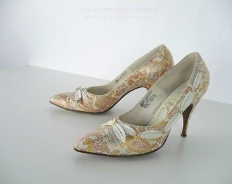 Vintage 1960s Gainsborough Shoes, White Leather Pointed Toe Pumps with Copper Pink and Blue Paisley Print, Ribbon Detail, US Size 8N