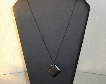 Collier livre miniature en cuir noir souple et perle amazonite