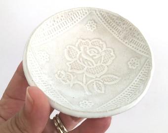 Wedding ring holder - White lace - Ring holder - Ceramics