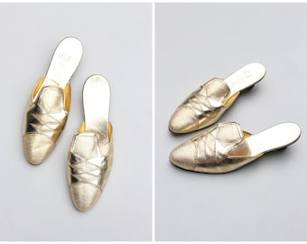 metallic gold 60s pierrot slippers - gold cocktail mules / Signora Barci - harlequin slippers / vintage slip on shoes - bridal slippers