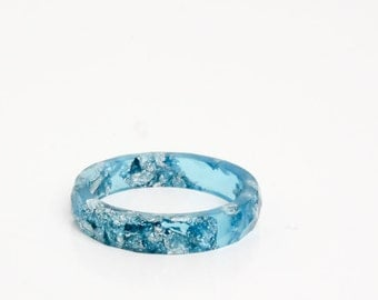 vivid blue size 8 multifaceted eco resin ring with metallic silver flakes