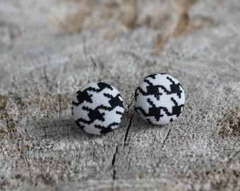 Bouton en tissu pied de poule noir et blanc //  Black and white houndstooth fabric cover earrings  (BO-473)