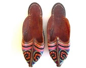 Vintage Indian hand embroidered slippers, boho shoes, womens size 6.5 -7