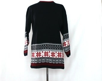 Retro oversized snowflake nordic sweater / womens long tunic length in black ,  red  & white  / 1980s knitwear fashion / made in USA