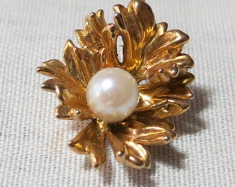 """Small 0,75"""" ins long gold toned pendant. Faux pearl sitting on a leaf.  The leaf shows 'movement' and is very pretty. UNK14.11-15.11-6.13."""