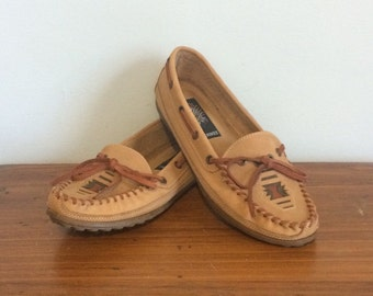Vintage 80s Leather Cherokee Moccasins / Slip On Southwestern Loafers / Ethnic Leather Boat Shoes / Size 9