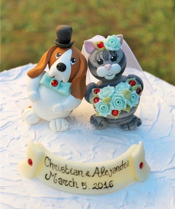 wedding cake toppers with dog and cat custom wedding cake topper and cat cake topper touching 26630