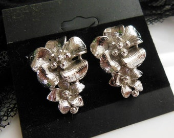 Retro Vintage 1980s Silver Tone Metal Textured Double Flower Dangle Earrings