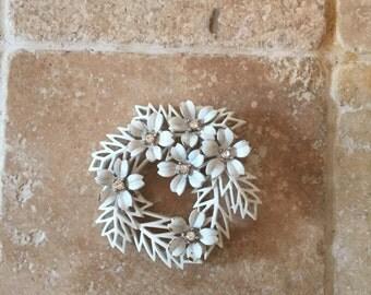 White Enameled Metal Brooch 50's Flower Wreath 1950's