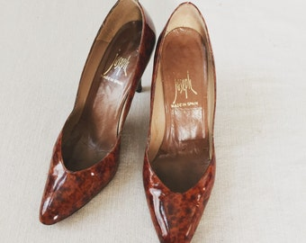 Vintage Tortoise Shell Patent Leather Pumps Gold Metal detail 70's size 7.5 N
