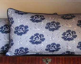 Flower cushion blue/white