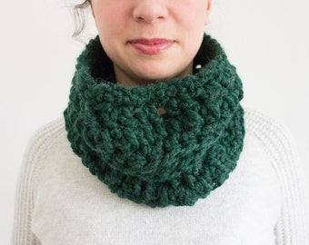 Mixed Stitch Chunky Infinity Scarf in Limited Edition Emerald Green – Crochet Handmade – Single Wrap – Winter Fashion
