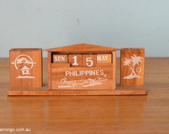 Vintage wooden desk calendar pen holder office wooden display retro funky tropical palm trees kitsch
