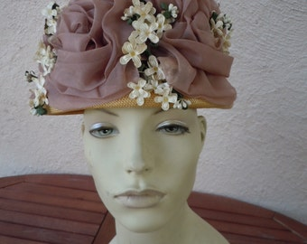Wonderful 1950s Straw Summer Hat with Floral Ornamentation