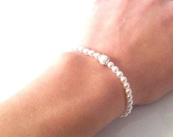 Bracelet of white pearls