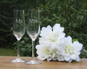 Mr. and Mrs. Crystal Champagne Glasses / Set of 2 / Engraved Champagne Flutes / Bride and Groom Toasting Glass / Wedding Glasses